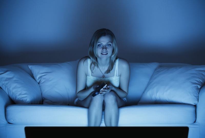 Обнаженная девушка сидя дрочит киску  548888