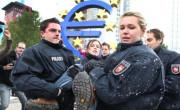 Odstranjevanje protestnikov pred sedežem ECB.