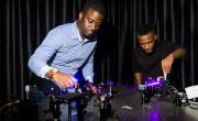 Bienvenu Ndagano (levo) in Isaac Nape ter postavitev laserjev v njunem eksperimentu