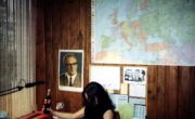 Euronymous v delovni sobi, pod sliko Honeckerja ter Marxa, Engelsa, Lenina, Stalina in Maa.