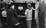 Družina ob pianoli circa 1950 (© 1985 The Pianola Institute Ltd., Velika Britanija)