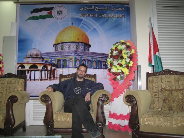 Posebna oziroma posebno kičasta čakalnica na prehodu Rafa, palestinska stran.