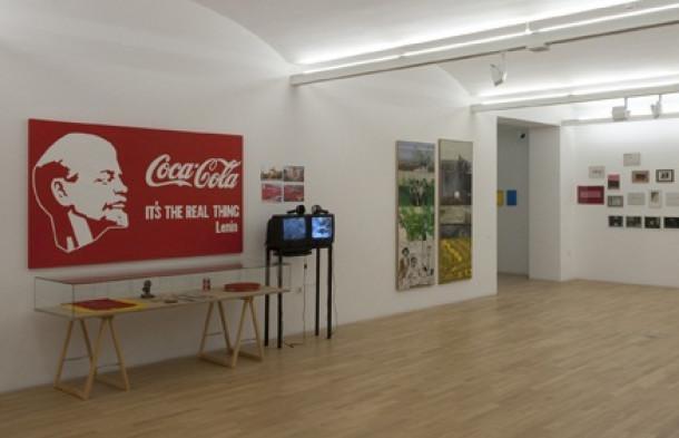 Lenin in Coca-Cola na belem ozadju