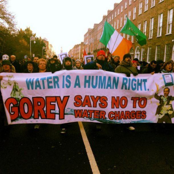 Irci na ulicah zaradi dodatnih obdavčitev vode.