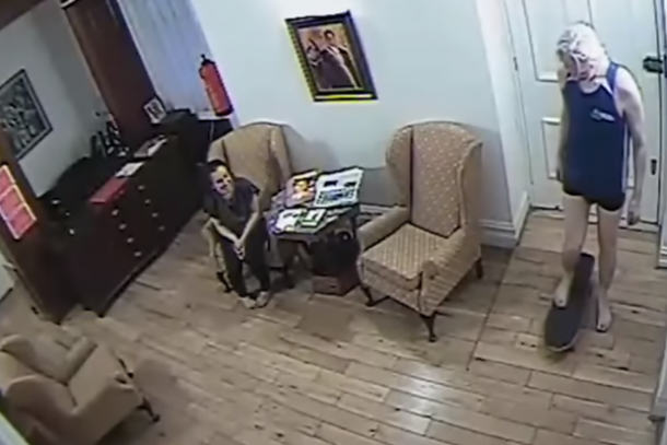 Julian assange skejta v ekvadorski ambasadi