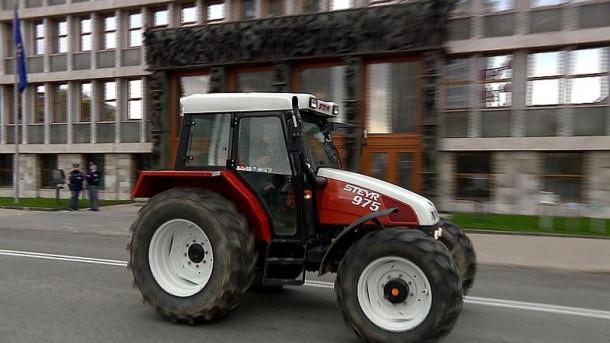 Traktor pred parlamentarno zgradbo.
